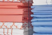 Organizing the Linen Closet / Linen Closet Organization Ideas. Tips and tricks for organizing sheets, towels, linens, and extra toiletries. Get your linen closet organized!