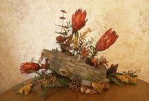 Vegetatív stílus / 1950-es évek, a természethez való visszatérés. Moritz Evers német virágkötő. Minden virágot úgy használ, ahogy a természetben előfordulnak. Aranymetszés szabálya, többnyire aszimmetrikus elrendezés. Dekorációs kellékek mellőzése.