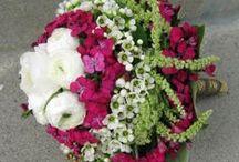 Biedermeier stílus / Formakötészet ún. archaikus változata. Végtelenül gazdag és ünnepélyes hatás. Egyszerre sok és sokféle virág használata. Zöld gallér, mandzsetta. Drapériák használata.