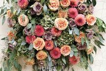 Dekoratív stílus / XVII. század - Európa, reneszánsz. Szabályos felépítés, a szomszédos virágok színei kiegészítik egymást, nincs kontraszt.   Befogadó forma: geometriai alakzat (háromszög, kúp, gúla, kör, gömb, félgömb). Erőteljes virágokból súlypont képzés.