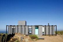 Cliff-Top House / El equipo de Mas Fernandez, ha diseñado y construido esta vivienda modular en Chile. En España, este tipo de construcciones tiene un costo de 480€/m2. Los diseños suelen ser cambiantes y adaptados a cada cliente. Para más información, contactar con info@estudiodream.es