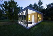 Arte Modular / Vivienda modular de una planta revestida en madera con terraza interior incluida.