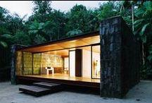 Pedazo de Arte / Vivienda Modular de 70 m2. La casa se estructura a partir de un esqueleto metálico y se hace notar gracias al contraste con la piedra dando así un toque especial a la vivienda.