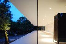 18 Metros Acristalados / Una pared acristalada corre a lo largo de 18 metros y continúa alrededor de los dos extremos de la vivienda para proporcionar vistas panorámicas del paisaje natural e iluminación interior.
