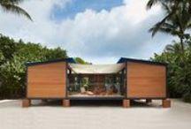Casa de Playa / Las viviendas modulares de diseño pueden acoplarse a todo terreno. En este caso, vemos una vivienda de una planta, soportada por ocho pilares sobre la arena. Esta casa se encuentra revestida en madera y posee una terraza interior la cual permite al usuario disfrutar de las vistas hacia la playa.
