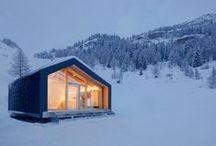 Escuela de Esquí / Módulo a modo de escuela de esquí y snowboard junto a la montaña Mont Blanc en Los Alpes.  Se empleó el uso del sistema de construcción modular para el proyecto ya que presentaba mayor viabilidad frente a las bajas temperaturas, fabricación, transporte e instalación del mismo.