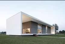 Minimalismo Modular / Esta es una casa modular, minimalista y de diseño rectangular. La vivienda es de dos plantas y se encuentra situada en la planicie del terreno, en una zona tranquila y despejada.