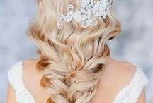 Bröllopsfrisyrer / Snygga frisyrer och håruppsättningar till bröllop. Allt från klassiska bröllopsfrisyrer till mer vågade. Du hittar alltid mer bilder på frisyrer och bröllopsfrisyrer på vår sida http://harfrisyrer.se/