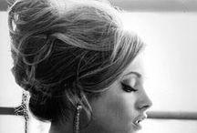 Klassiska frisyrer till damer med stil / Inga nya galna frisyrer bara gamla klassiker som stiliga damer hade. Njut och ser mer på  http://www.harfrisyrer.se/frisyrer/tjejer/