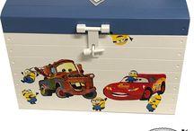 Speelgoedkisten / Wie kent het niet. Rond slingerend speelgoed. Wat is een mooiere manier om je kind een eigen speelgoedkist met naam te geven zodat hij weet waar het speelgoed in moet.