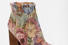 Cipők./Shoes. / Női cipők, papucsok, csizmák.