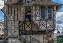 Byhuse / Byhuse/houses kan siges at være forædlinger af landhuset, nu baseret på profesionelle bygmestre og teknikere.