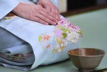 Japanse Thee Ceremonie / De Japanse Thee ceremonie is al eeuwen lang een traditie in Japan. Nog altijd is het een belangrijk onderdeel van de Japanse Cultuur en kun je deze thee ceremonie nog op vele plekken beleven. Benieuwd hoe het is om een thee ceremonie mee te maken? Hier vind je een persoonlijk verslag van The Sushi Times schrijfster Joyce: http://www.thesushitimes.com/cultuur-traditie/traditie/chanoyu-japanese-thee-ceremonie/