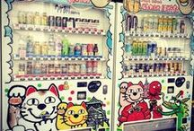 Japanse Vending Machines / Japan staat niet alleen bekend om de sushi maar ook om de vele vendingmachines die je er kunt vinden! Je komt ze er niet alleen tegen met frisdranken maar ook snacks, eieren, en zelfs stropdassen! Benieuwd welke vending machines er nog meer zijn? Bekijk dan snel het board of lees er hier meer over: http://www.thesushitimes.com/cultuur-traditie/brood-onderbroeken-en-verse-eieren-in-japanse-vending-machines/