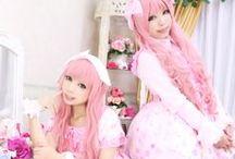 J-Fashion: Lolita / Lolita is één van de bekendste Japanse modestijlen maar ook meteen een wat moeilijkere stijl om te definiëren. Dit omdat er super veel verschillende soorten lolita's zijn; Classic, Sweet, Punk, Hime (princess), Sailor, Gothic en ga zo maar door! Meer weten? Kijk dan hier: http://www.thesushitimes.com/lifestyle/j-fashion-lolita/
