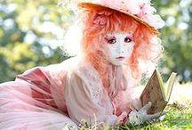 """J-Fashion: Shironuri / De kenmerkende witte gezichten zijn onmisbaar voor een shironuri outfit. Sterker nog de term shironuri betekent zelfs """"wit gezicht"""". Lees meer op: http://www.thesushitimes.com/lifestyle/j-fashion-shironuri/"""