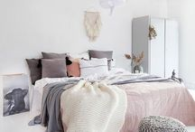 ○• Slaapkamer / Slaapkamer |scandinavische stijl | plaids | bedspreien |interieur | inspiratie muur | dekbedovertrekken | minimalistische |denimdrift | hout | wol | vt wonen | witte slaapkamers | hertenkop |naturel | accent muurkleur