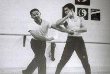 Wing chun & JKD / Comprendre les bases de la défense (blocage) et attaque de l'art de Yip man et Bruce Lee. La défense et l'attaque s'effectue en même temps; un peu comme un essuie-glace qui effectue la déflexion des frappes dans le vide pendant que l'autre frappe (Be water my friend).  Cependant une attaque peu être aussi un blocage et inversement pour une même main.  Un bon système pour bloquer des coups.  Il y a toujours un bras en contrôle ou protection pendant que l'autre frappe.  / by Kyusho Jitsu