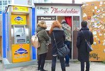 Old photo booth / Photoautomaten / Fotoautomaten / Die alten Fotoautomaten in Berlin sind mittlerweile Kultobjekte. Für 2 Euro kann sich jeder alleine oder zu mehreren in die engen Kabinen quetschen und fotografieren lassen. Nach 4 mal Blitzen und etwas Wartezeit spuckt der Fotoautomat den begehrten Streifen mit den nostalgischen Schwarz-Weiß-Fotos aus. Obwohl in keiner Stadt mehr Fotoautomaten stehen als in Berlin, bilden sich vor allem an den Wochenenden oft Ansammlungen von gut gelaunten Fotofans