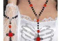 Halloween korut / Korujen merkitys voi olla moninainen, asemaan tai uskontoon liittyvää. Koru voi toimia myös iloa tuottavana kantajalleen tai sen antajalle. Halloween-koruissa toistuvat aiheeseen liittyvät elementit pääkalloista hämähäkkeihin. Täydennä asuasi helposti ja bilekokonaisuutesi on täydellinen.