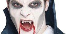Halloween maskeeraus / Halloween-maskeeraus on erittäin helppoa ja näyttävää. Erilaisilla maskeerausseteillä helppoja ohjeita noudattamalla voit saada aikaan näyttäviä maskeerauksia ihan meikkitaiteilijoiden tapaan. Haavamaskeilla luot lisää katu-uskottavuutta Halloween-, gootti- tai zombieteemoihin. Loppusilaus tulee keinoverellä ja teemaan kuuluvalla asulla.