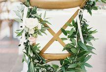 Chairs for Weddings / Dopo aver selezionato il tipo di seduta per ogni momento della giornata, passiamo alla scelta della decorazione. Floreale, Foliage, Nastro, Iuta, Passamaneria?