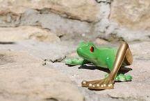 Żaba z długą złotą nogą  (zielona) / Frog with gold leg (green) / Zielona dekoracja figurki oraz jej czerwone oczy nawiązują do barwy żab drzewnych z lasów tropikalnych.  #żaba #frog #porcelana #porcelain #cmielow #ćmielów