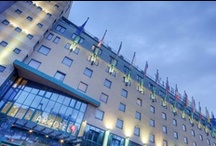 ARCOTEL Wimberger Wien / Im lebhaften 7. Wiener Bezirk liegt das ARCOTEL Wimberger. Das charismatische Hotel mit 225 Zimmern ist seit 1871 eine Wiener Legende und immer schon beliebter Treffpunkt für Prominente, Künstler und Weltenbummler.  Shopping-Fans und Kunst- & Kulturliebhaber schätzen die zentrale Lage des Hotels – liegen Österreichs größte Einkaufs- & Flaniermeile, die Mariahilfer Straße, die Wiener Stadthalle sowie zahlreiche Galerien und Boutiquen in unmittelbarer Nähe.