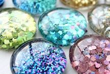 Glitter Glitter Everywhere / Everyone loves glitter, especially us! Here are some great ideas for bringing out your creative projects.