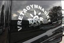 Nyleverans till Vretagymnasiet / Att leverera en ny FH timmerbil till en hel gymnasieskola kan ta en hel dag i anspråk. Jättetrevlig och läraktigt för både oss på Rejmes, lärare och elever.