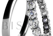 BISAKU DESIGN / Nečekejte konvence, ale osobitý styl. Luxusní šarmantní kolekce, která má charisma, byla navržena našimi designéry za pomoci těch nejmodernějších technologií. Jen tak mohou vzniknout jedinečné typy snubních prstenů, které okouzlí i ty nejodvážnější z vás.