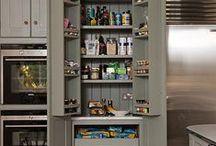 Kamra(szekrény) / Pantry cabinet / Külön kamra helyiség hiányában praktikusan pocozott fal a háztartási helyiségben és/vagy kamraszekrény a konyhában.