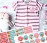 ☺♥ NOS PACKS / A CHAQUE AGE, SON PACK...Pepahart a conçu 7 packs complets en fonction des besoins de votre enfant : découverte, crèche/naissance, école, bagagerie, colonie, objets ou allergie. Ces packs sont composés d'étiquettes personnalisées autocollantes pour objets et d'étiquettes thermocollantes pour vêtement afin de retrouver plus rapidement les affaires de vos enfants. Différentes tailles d'étiquettes vous sont proposées et adaptée à chaque pack.
