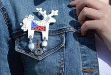Fandíme s jelenem! / Jeleni jako správní patrioti. Jako osvědčené talismany jistě přinesou potřebné štěstí!  Představujeme vám exkluzivní řadu dámských a pánských jelenů s českou vlajkou. Univerzální kousek, který může nosit opravdu každý, snadno zkombinujete po celý rok.