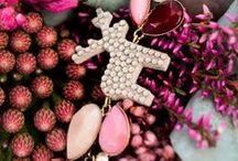 2015 / CIK CAK / Edice CIK CAK šperků s komponenty vyrobenými na míru pro Jelení šperky. Její název již vypovídá o CIK CAK kompozici kamenů ve špercích. Jeleny probarvuje blížící se podzim. Dominantou se stávají béžové odstíny doplněné o bordó a celou kompozici pak rozsvítí marschmallow růžová. Celá edice je zasazená do zlaté galvanizace s černým clearem.