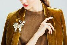2016 / Exkluzivní kovová kolekce / Je to kouzlo vaší osobnosti, váš šarm a půvab, co mají šperky podtrhnout. S touto myšlenkou jsme vyrobili první naprosto minimalistickou kolekci šperků, která potěší i ty nejstylovější z vás. Kovoví jeleni v čistém designu a jednoduché siluetě byli vyrobeni ručně v Čechách spolu s luxusní dárkovou krabičkou. Zlatá varianta je potažena 18-ti karátovým zlatem. Minimalistické jeleny doplňuje stádo klasicky zdobených broží ve zlato-stříbrné kombinaci.
