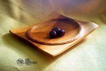 woodturning, drevené misky / Už mnoho rokov sa zaoberá výrobou nádob sústružením, vyrezávaním dlátom. Používa viacero techník opracovania dreva. Využíva veľmi kvalitné drevo z ovocných stromov ako hruška, slivka, čerešňa, jabloň, orech z okolia Tatier / Slovensko. Drevo je symbolom jari, rastu, energie a života. Väčšinou ho zachráni pred ohňom. Tento úchvatný, živý, prírodný materiál sa snaží čo najviac zachovať. Pre neho sú rôzne tvary dreva, korene, puklinky, hrče, farby dreva, kôra výzvou na dotvorenie nového originálu,