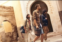 URBANE NOMADEN / Männer lieben Abenteuer….und was ist schon ein besseres Abenteuer als ein Roadtrip zusammen mit den besten Freunden von Fés in Markokko, über die Sahara bis hin nach Casablanca?! Das dachte sich auch Camel Active und machten daraus Ihre Frühjahr-Sommer Kampagne 2013! Wir haben uns für Sie auf die Spuren des Camel Active Roadtrips begeben. Entdecken Sie das Abenteuer Marokko!