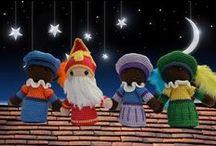 Sinterklaas, wie kent hem niet, Sinterklaas, Sinterklaas en natuurlijk zwarte Piet / Wie komt er alle jaren, Daar heel uit Spanje varen? Over de grote grote zee, Sint Nicolaas hoezee!   Wie heeft een zak vol koekjes, Speelgoed en prentenboekjes? Wie brengt een zak vol lekkers mee? Zwarte Piet hoezee!