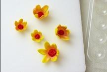 FONDANT BLOSSOM HOW-TO / How to make fondant blossoms / by Cakegirls