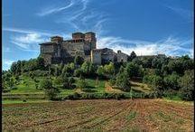 Emilia-Romagna - Nice Places / la Riviera romagnola è centro d'attrazione turistica sia d'estate per la ricca ed organizzatissima ricettività (più di 5000 alberghi) che negli altri periodi dell'anno per i numerosi locali d'intrattenimento giovanile; si stima che durante un anno siano circa 10 milioni di turisti che la popolano.