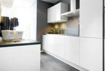 Hoogglans keukens ♡ by Keukenstudio Maassluis / Witte hoogglans keukens zijn tijdloos en makkelijk schoon te maken. Ideaal voor een druk huishouden. Bekijk ons aanbod, verkrijgbaar bij Keukenstudio Maassluis. #Hoogglans #wit #keuken