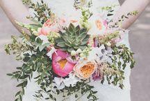 Succulent Wedding / Hochzeitsdekoration aus Tetraedern und Sukkulenten in Kombination mit Pfingstrosen sowie goldenen Akzente.  The Wedding Table  www.the-wedding-table.com #style #wedding #hochzeit #decoration #dekoration #hochzeitsdekoration