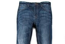 CALÇAS MASCULINAS  / A calça é o item que mais evoluiu no vestiário masculino e continua se modificando. As modelagens hoje são diversas, fazendo da calça peça mais democrática do nosso armário. Além disso, é a que mais trabalha a nosso favor, disfarça o que não queremos mostrar e favorece o que temos de melhor - esconde a barria, engrossa ou alonga as pernas e acima de tudo define nosso estilo.
