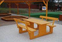 Lavice venkovní / Lavice pro školy a školky. Rozměry: 1,5 m x 1,5 m. Zařízení splňuje normu 1176-1 : 2000. Po dohodě možno přiobjednat slunečník.
