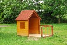 Dětské venkovní domečky / Vhodné pro dětská hřiště a do mateřských školek. Rozměry zařízení: 2,5 x 1,5 m. Minimální bezpečnostní prostor: bez dopadové plochy. Zařízení je určeno od 3 do 10 let Zařízení je certifikováno dle ČSN EN 1176-1 : 2000