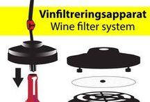 """Wine Filtration / Vinfiltrering / Ett vinfilter (vinfiltreringsapparat) kan vara till stor hjälp vid omtappningen.  Vinet placeras högt och med en hävert tappas vinet över till lägre nivå. Där kopplas vinfiltret på så att filtreringen sker mycket sakta med självtryck. Det finns bra info i boken """"Hemmaframställning av Vin"""" av Kjeld Erlandsen, en del på """"Vinboken Online"""" samt på Youtube."""