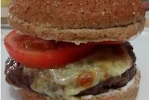 Yummy Hamburgueria Costela Gaúcha / Hamburguer da melhor parte da costela, 100% carne moída e temperada com nuts, acompanhada com cebola caramelizada e shoyo, queijo, alface e tomate.