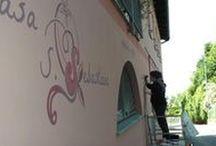 Scrittura / Progettazione e realizzazione di decorazione su muro per esterni (e interni) con smalti ad acqua resistenti agli agenti atmosferici.