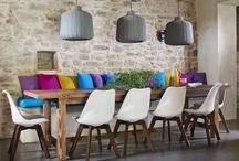 Medit.Style - (Italienne) / Ötvöződik az elegancia az egyszerűséggel. Egyszerű a formavilág, azonban főként karakteres motívumokat használnak. Élénk színek, dinamikus árnyalatok jellemzik, a bútorok, kiegészítők alapanyagainak pedig természetes, finom és drága textíliákat választanak. Nagy hangsúly van a konyha kialakításán, olasz otthonok szive. Mivel imádnak főzni, és imádnak enni, a konyhákat hatalmas rusztikus fa étkezőasztal díszíti. Nagy terek, kevés bútorral.